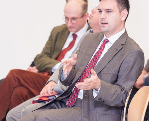 Călin´Ţânţăreanu stellt Fragen bei Black Sea Region Lecture Interkulturelle Kompetenz zu Rumänien