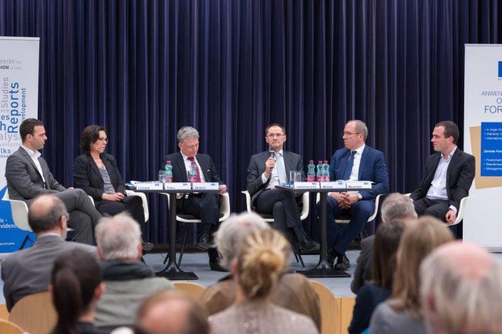 Forum FH Politisches Risiko Podiumsgesamtansicht