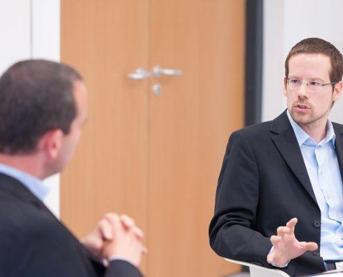 Business Talk Black Sea Region: Georgien als Reformland? - Georgien-Experte Johannes Wetzinger beim diskutieren mit Hannes Meißner
