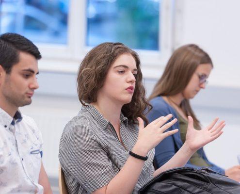 Eine Zuschauerin beim Business Talk Black Sea Region zu Georgien stellt eine Frage