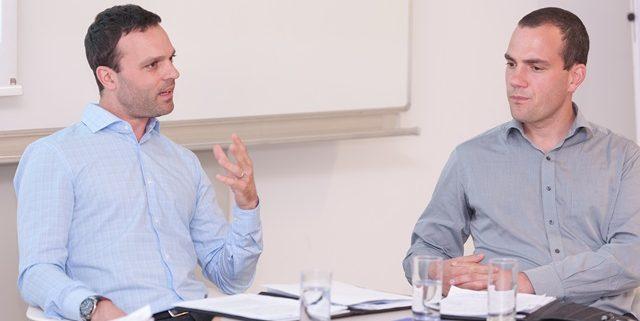 Johannes Leitner u. Hannes Meissner diskutieren miteinander