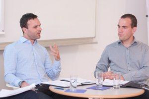 Johannes Leitner und Hannes Meissner diskutieren miteinander