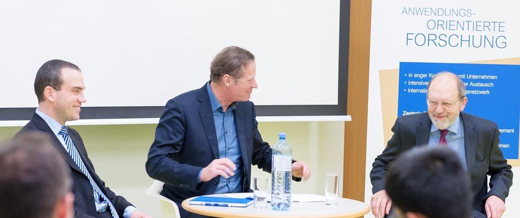 """Hannes Meissner, Andreas Breinbauer und Michael Angerer sitzen am Podium der Veranstaltung """"Boomregion Zentralasien"""""""