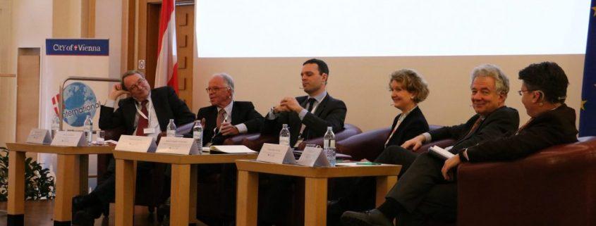 Panelisten sitzen auf dem Podium, darunter Johannes Leitner