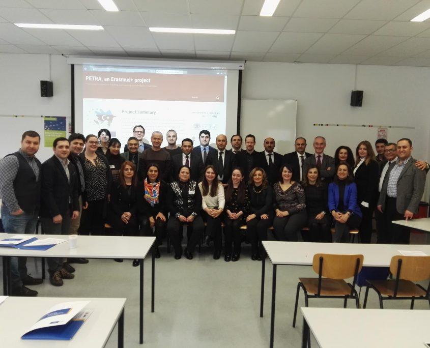 Gruppenfoto der Teilnehmerinnen des Erasmus+ PETRA Workshop sitzen und stehen