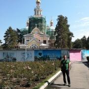 Hannes Meissner steht vor einer Kirche in Almaty in Kasachstan