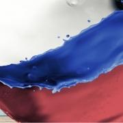 """titelsujet für den Business Talk Black Sea Region Management nach 30 Jahren Transformation. Wo ist (noch) der Unterschied?"""". Eine Frau mit Spray und Russland Fahne"""